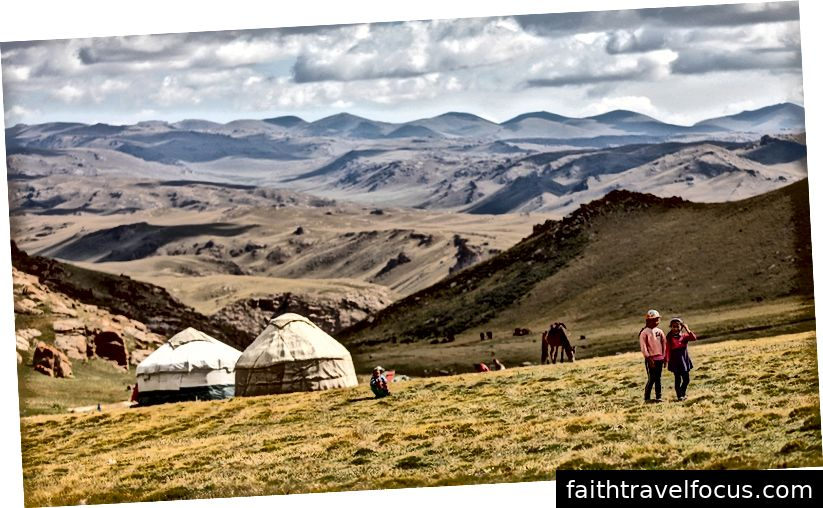 Một yurt ở đồng cỏ