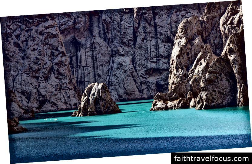 Một hồ ngọc lục bảo rực rỡ ở vùng núi của Kyrgyzstan