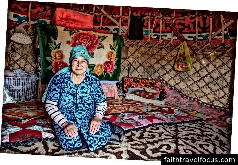 Một người phụ nữ trong yurt đầy màu sắc của mình