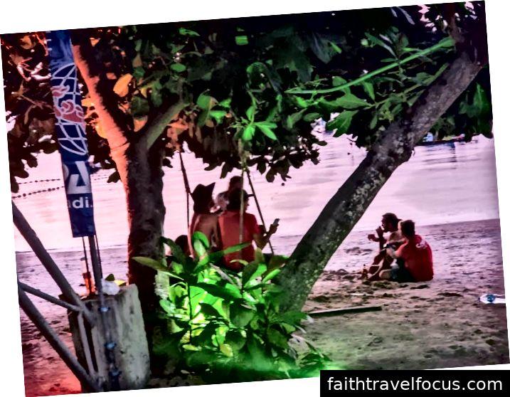 Đúng bãi biển thưởng thức hoàng hôn Koh Tao. (Ảnh của Lens of Jen)