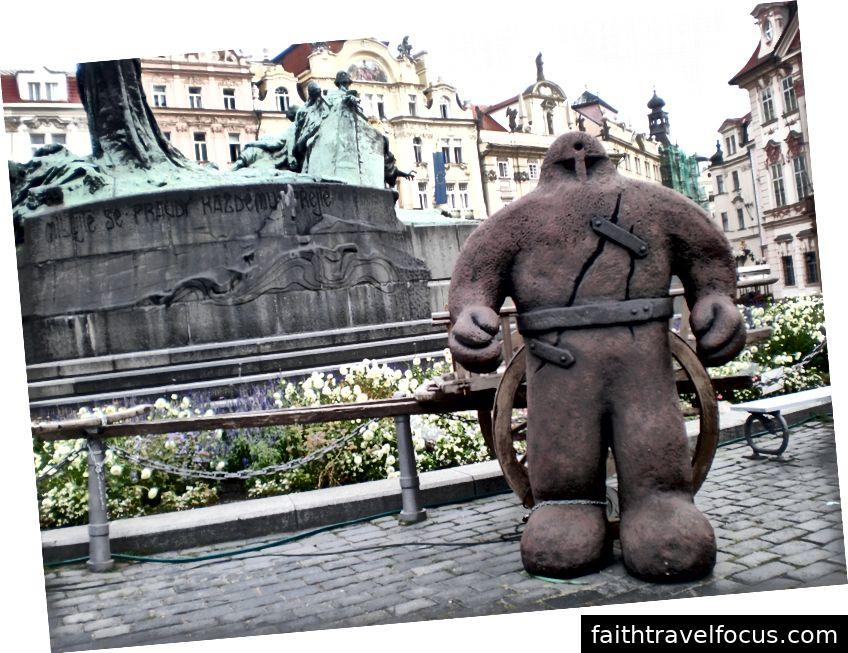 Golem ở quảng trường Old Town vào ngày thứ nhất (Anh ấy đã đi vào ngày hôm sau)