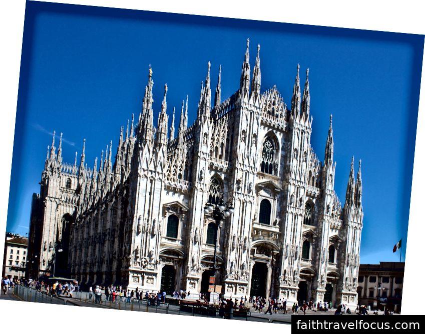 Nhà thờ Milan từ quảng trường Piazza del Duomo. Hình ảnh lịch sự WikiMedia và Jiuguang Wang.