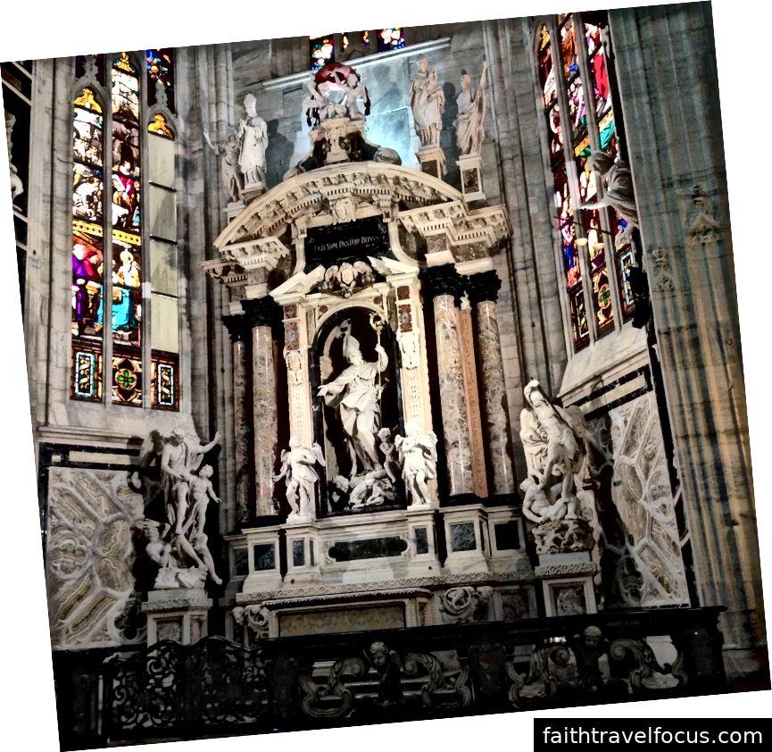 Bàn thờ ở Duomo di Milano. Hình ảnh © Saxon Henry.