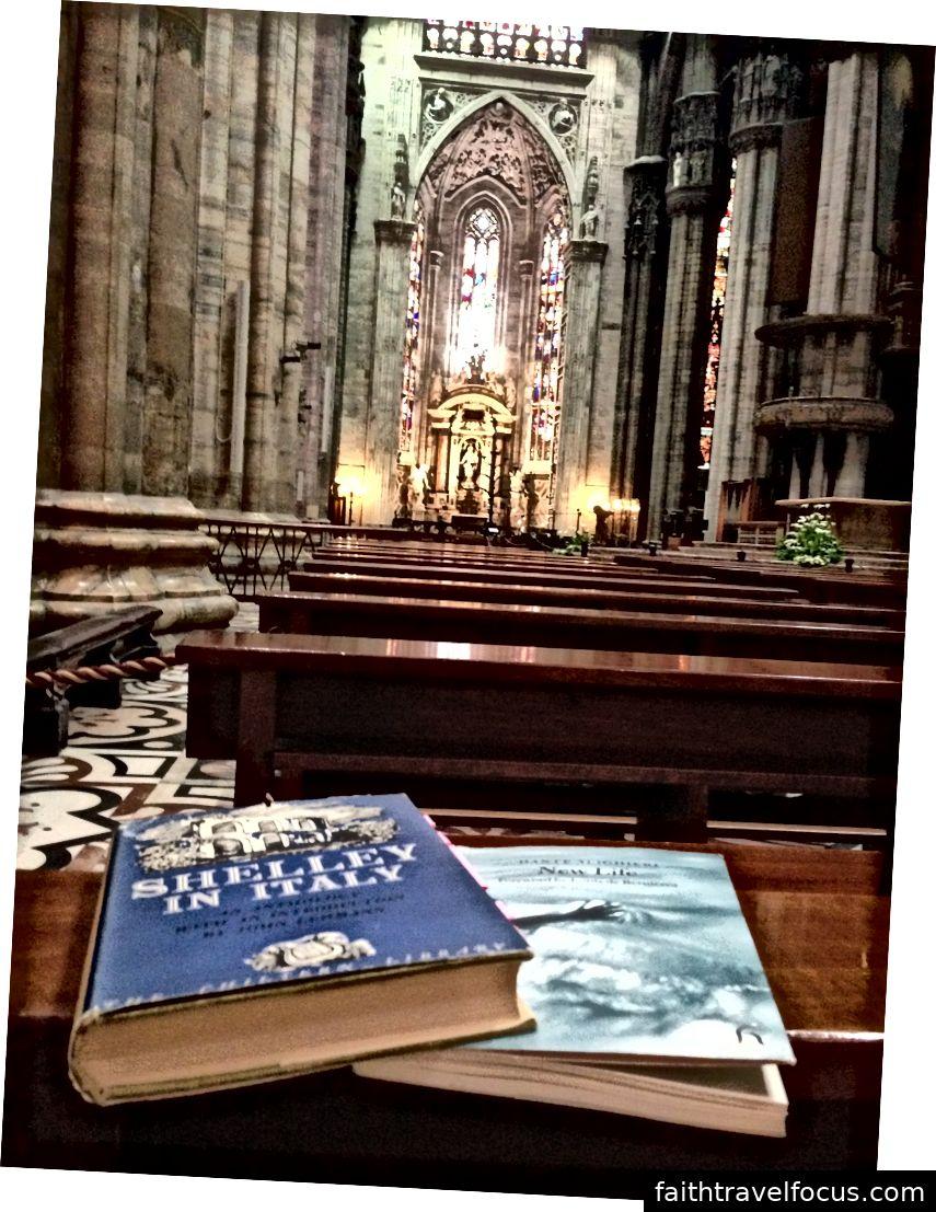 Đọc tác phẩm của Shelley và Dante trong Duomo di Milano. Hình ảnh © Saxon Henry.