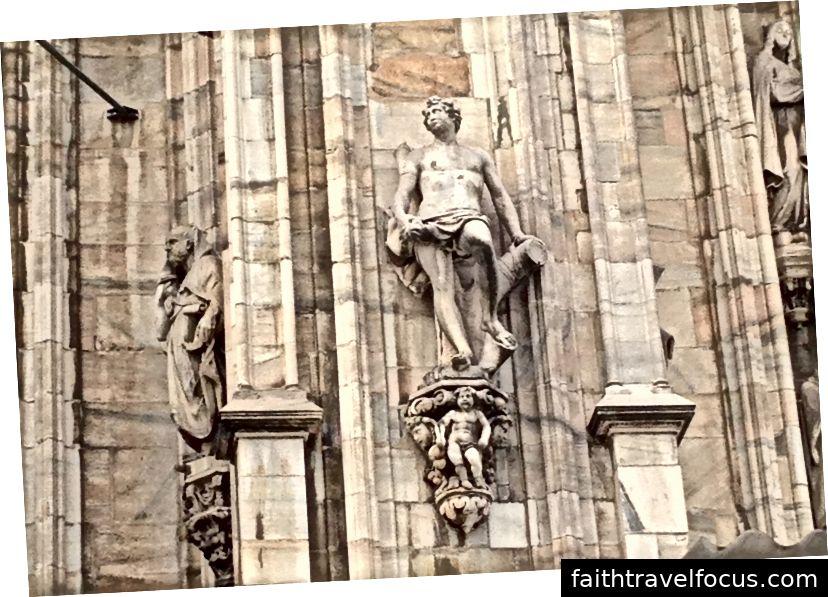 Tác phẩm điêu khắc bên ngoài Duomo di Milano này chứng minh cho điểm Shelley, rằng việc mất một ví dụ hoành tráng về điêu khắc như vậy sẽ rất bi thảm. Hình ảnh © Saxon Henry.