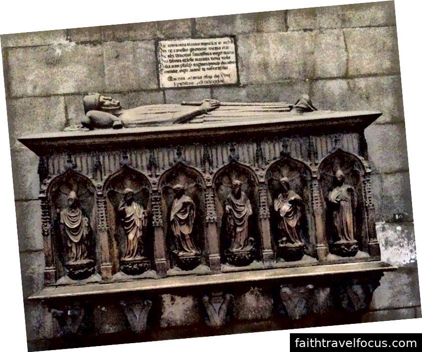 Một chiếc sepulcher bên trong Duomo di Milano. Hình ảnh © Saxon Henry.