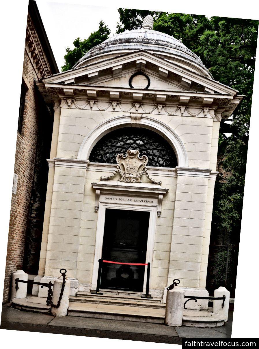 Mặt ngoài của lăng Dante hoàng. Hình ảnh lịch sự WikiMedia và Petar Milošević.