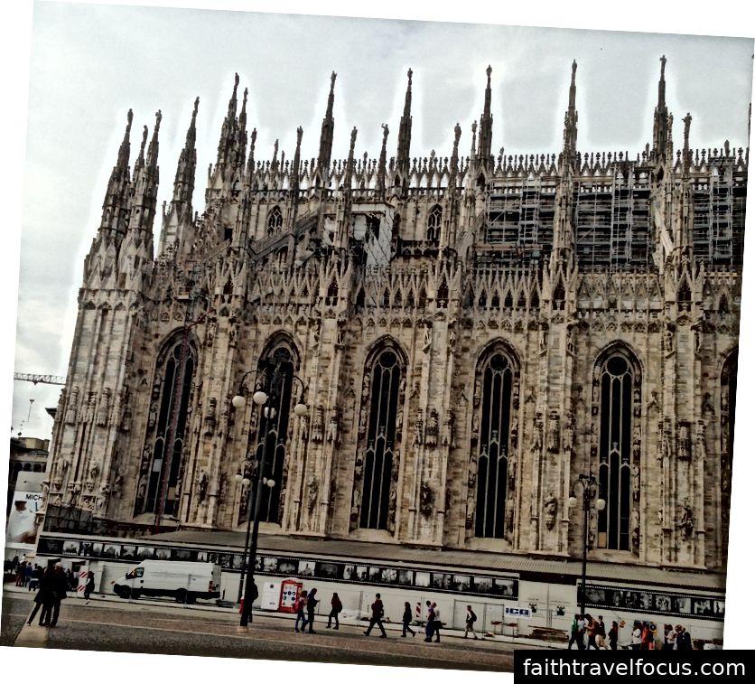 Một góc nhìn bên ngoài của Duomo di Milano minh họa cho chiều cao to lớn mà các bức tượng vươn lên. Hình ảnh © Saxon Henry.