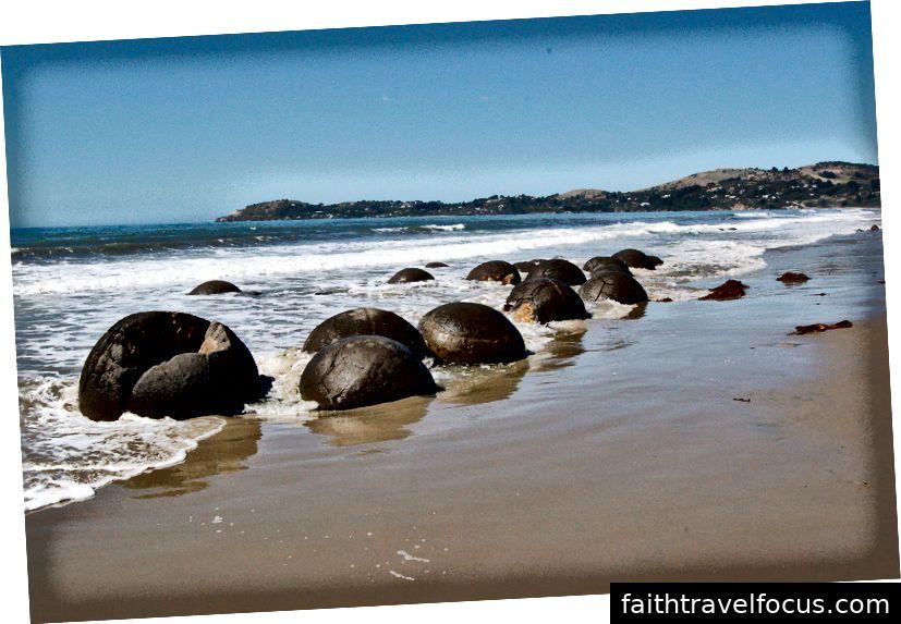 Những tảng đá hình cầu khác thường trên một bãi biển đáng để bạn ghé thăm Moeraki Boulders