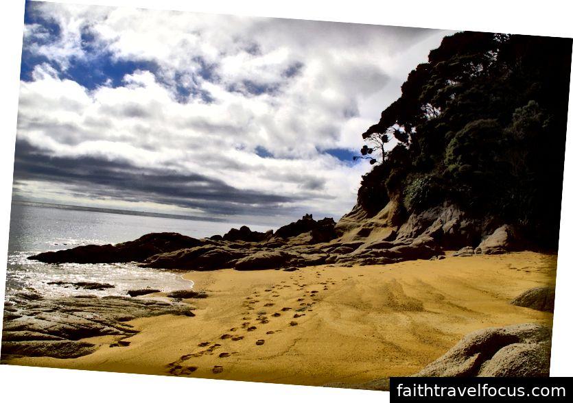 Công viên quốc gia Abel Tasman nổi tiếng với những bãi biển vàng, những vách đá granit điêu khắc và đường bờ biển nổi tiếng thế giới