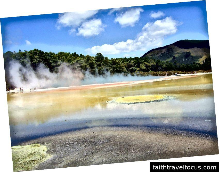 Wai-O-Tapu đã thu hút du khách với các mạch nước phun và hồ nước nóng nằm ngay bên ngoài Rotorua