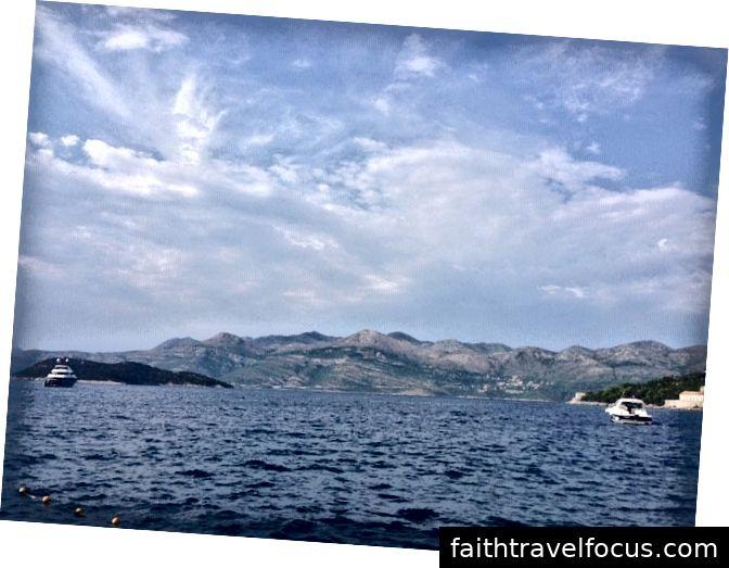 Quang cảnh từ bãi biển trên đảo Lopud