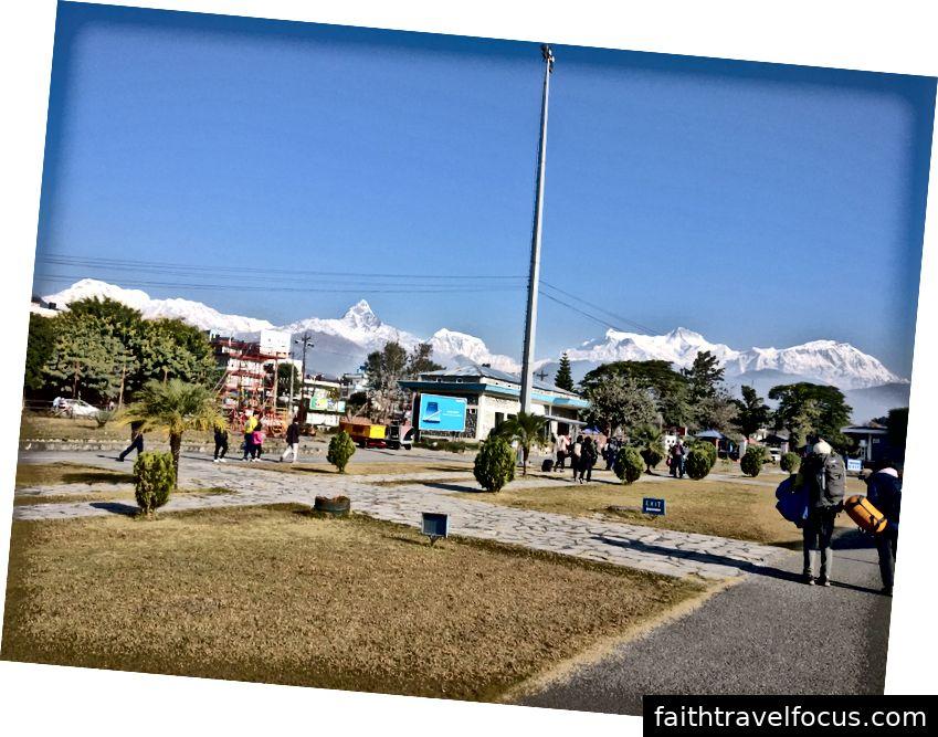 Những ngọn núi trắng nhìn chúng tôi tại sân bay Pokhara.