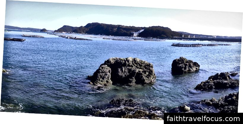 cuối tháng 10 năm 2018 ở đầu bán đảo Kii trên đảo chính Nhật Bản: lưới nuôi cá biển và lồng phao
