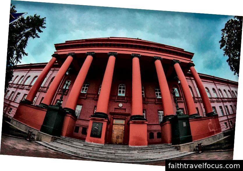 Tòa nhà màu đỏ là trường đại học quốc gia Kyiv ở phía trước công viên