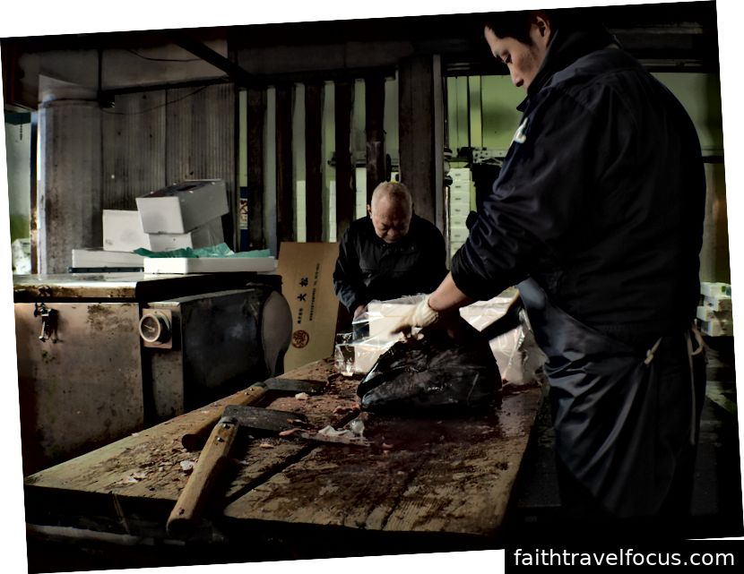 Bên trong chợ cá Adachi