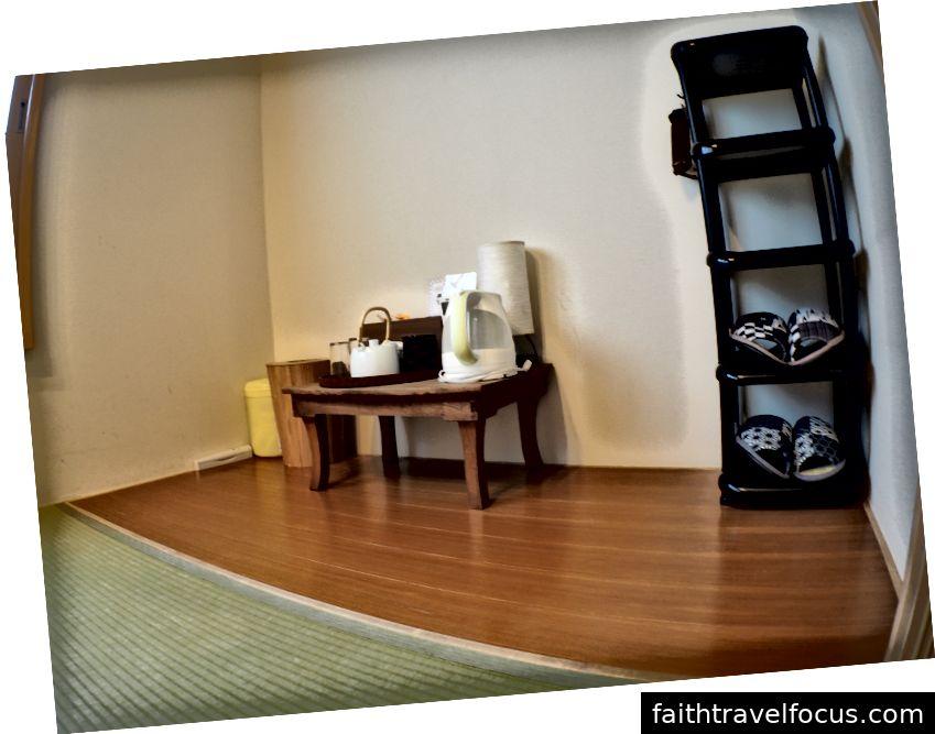 Bên trái: Phòng đơn. Trung tâm: Phòng có gác xép. Phải: Tiện nghi phòng.