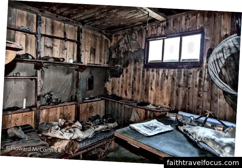 Giường Scott Scott trong nội thất của túp lều của mình tại Cape Evans