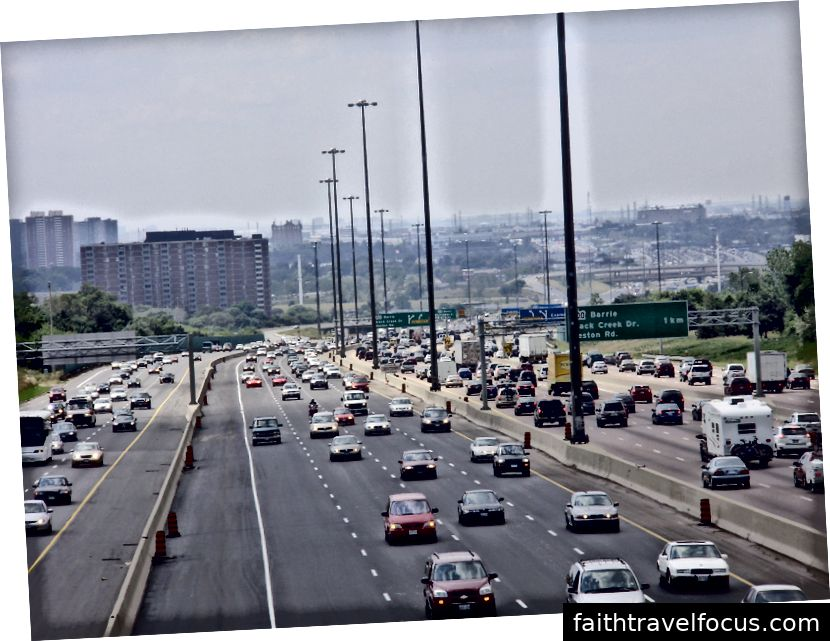 Nút giao 401 401 với Đường Weston (nhìn thấy ở phía xa của bức ảnh này) là điểm nhộn nhịp nhất của bất kỳ đường cao tốc nào ở Bắc Mỹ. Ảnh: GTD Aquitaine [Phạm vi công cộng], qua Wikimedia Commons