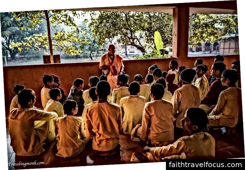 Indradyumna Swami tụng kinh tại Làng sinh thái Govardhana