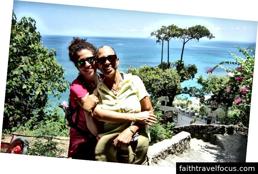 Tác giả và mẹ cô, Bãi biển Bingin gần Uluwatu, Bali, Indonesia