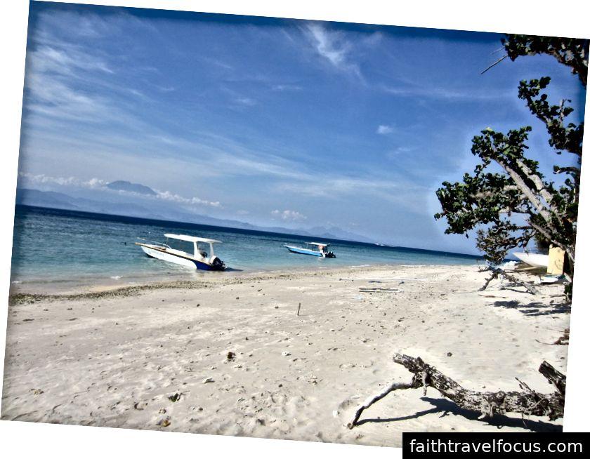 Bản thân và mẹ thư giãn bên hồ bơi tại Jepun Sari ở Uluwatu (Trái); Bãi biển yên bình đi bộ từ hoesay Bagoesfull ở Nusa Penida, Bali, Indonesia