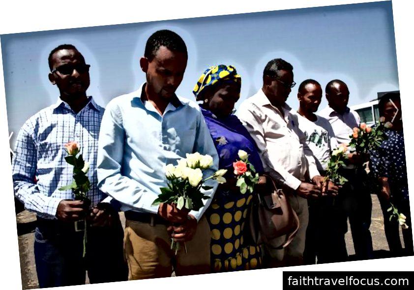 Các thành viên của Liên minh châu Phi (AU) tại địa điểm gặp nạn giữ hoa tưởng nhớ các nạn nhân REUTERS / Baz Ratner