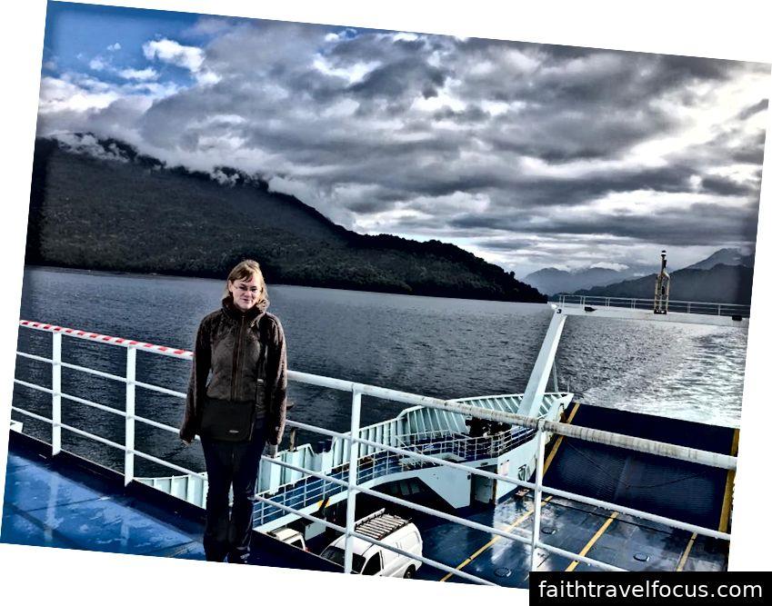 Trên chuyến phà băng qua từ Hornopiren đến Caleta Gonzalo, Chile.
