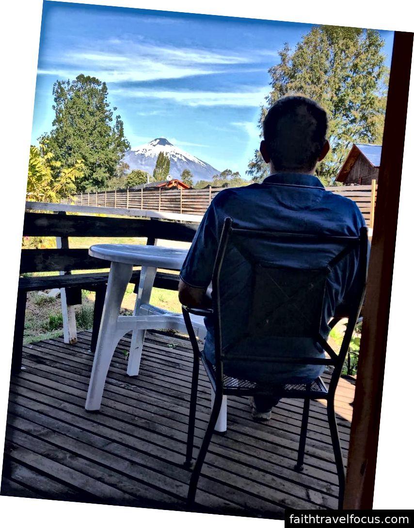 Andrejs chiêm ngưỡng núi lửa Villarica từ sân thượng cabin của chúng tôi.