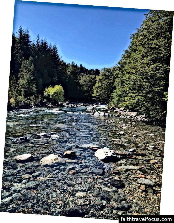 Trái: Một khu rừng giống như trong truyện cổ tích ở Công viên Quốc gia Pumalin, Chile. Giữa / Phải: Hồ và những dòng sông trong vắt ở Công viên Quốc gia Nahuel Huapi, Argentina.