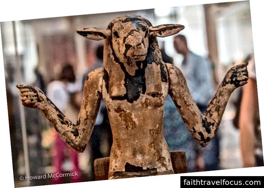 Có những đám đông mất tập trung trong ảnh của bạn là một số trợ giúp, nhưng tốt hơn hết là tránh chúng nếu bạn có thể! (Bảo tàng Anh - Vị thần đứng đầu Ram từ Tomb of Horemheb khoảng 1295 TCN)
