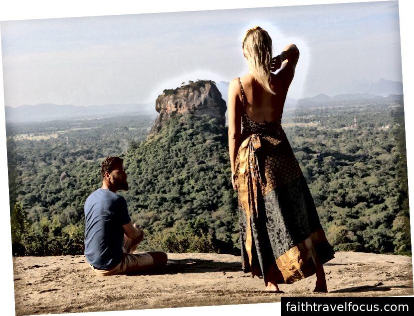 Trên đỉnh núi Pidurangala nhìn ra Lyon Rock ở Sri Lanka