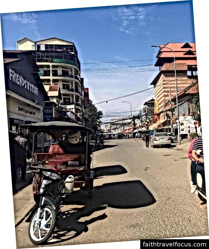 Tuk-tuk điển hình trong một đường phố Phnom Penh điển hình.