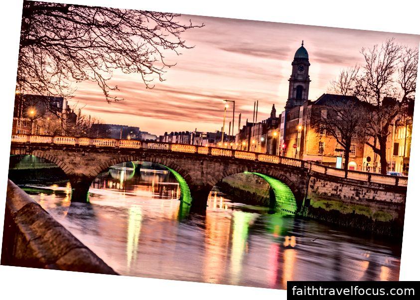 Đến thăm thủ đô Ailen vào ngày St Patrick Ngày chắc chắn là một chuyến đi xứng đáng với danh sách xô. Các địa danh chính phát sáng màu xanh lá cây và các lễ hội tràn ngập khắp thành phố, nó là trung tâm của lễ kỷ niệm!