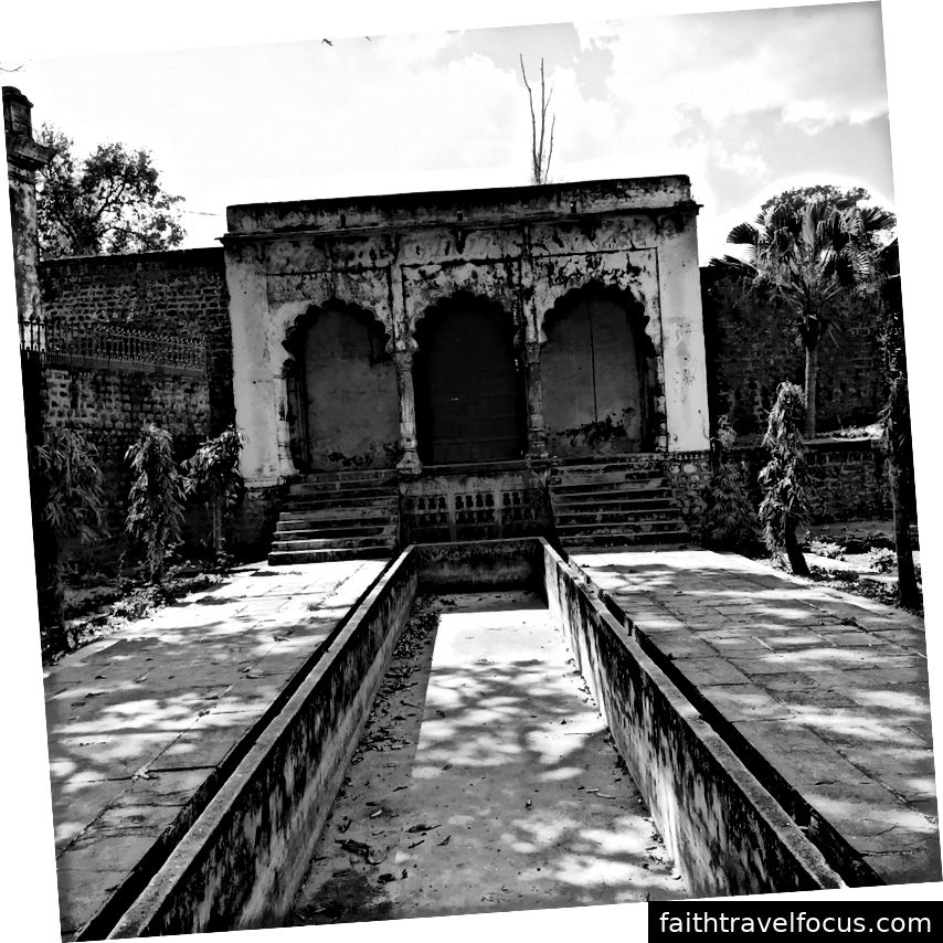 Tại Islamnagar, được thành lập bởi Dost Mohammad Khan.