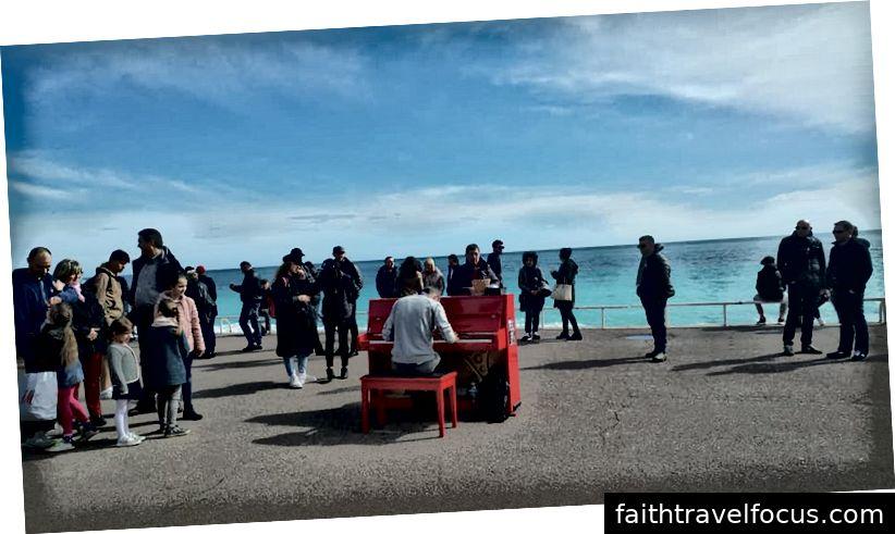 Một nghệ sĩ piano ở Nice. Bạn phải tự xích mình vào cây đàn piano để có thể tự do chơi.