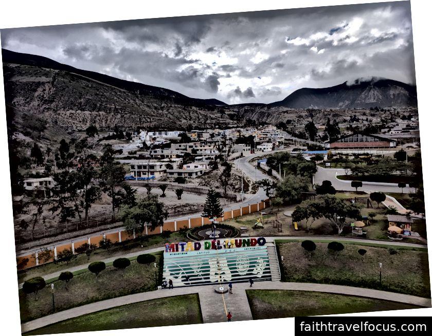 Khung cảnh nhìn từ trên đỉnh tượng đài tại La Mitad del Mundo.