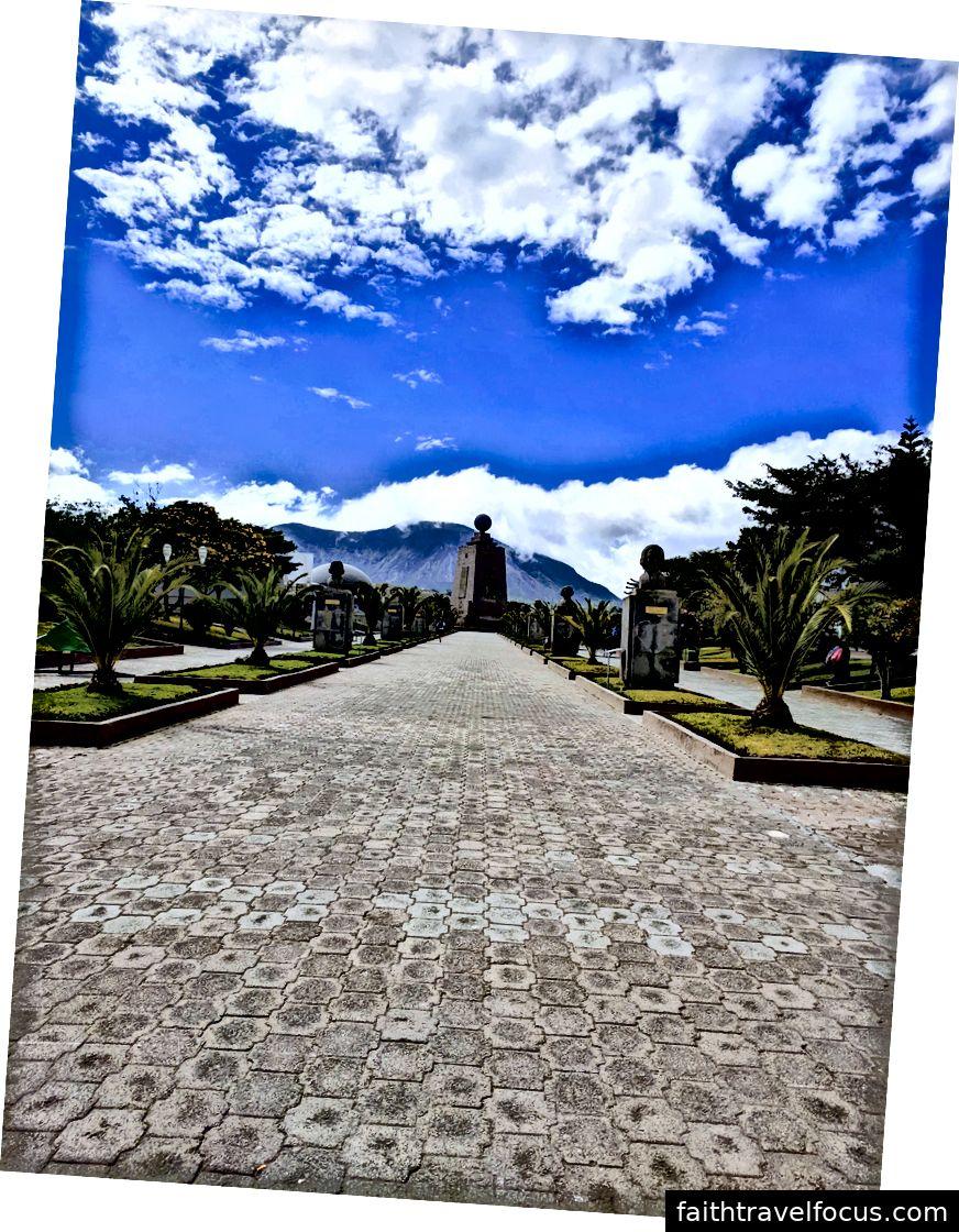 Lối vào La Mitad del Mundo với tượng đài ở phía xa.