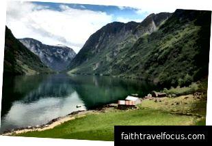 Quang cảnh Naeroy Fjord từ trang trại Ramsoy