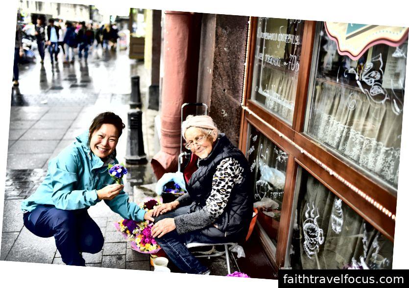 Một bà già chăm chỉ, tìm cách mang lại cho thế giới một chút niềm vui để đổi lấy một vài rúp để trả các hóa đơn.