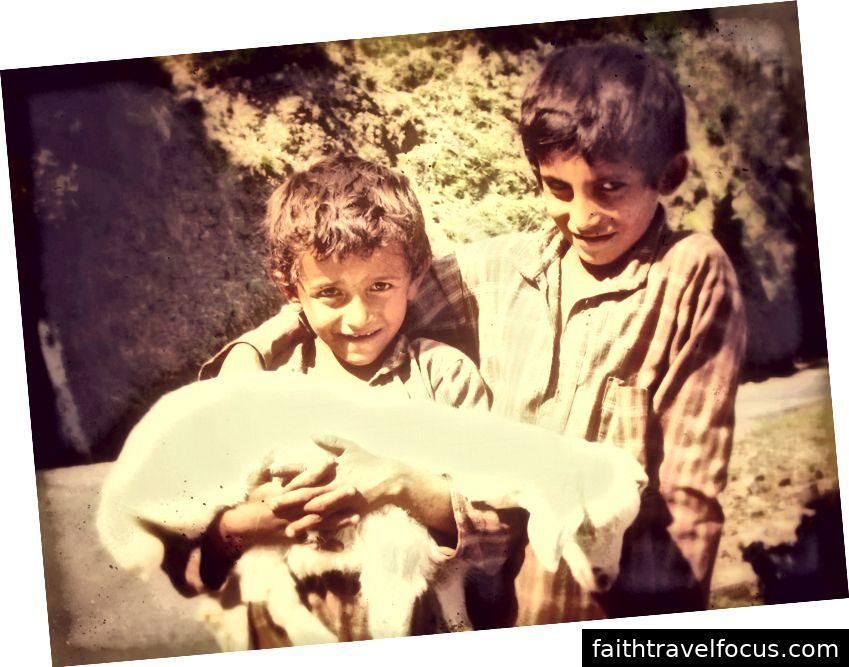 Hai cậu bé chăn cừu chúng tôi gặp trên đường ra sông