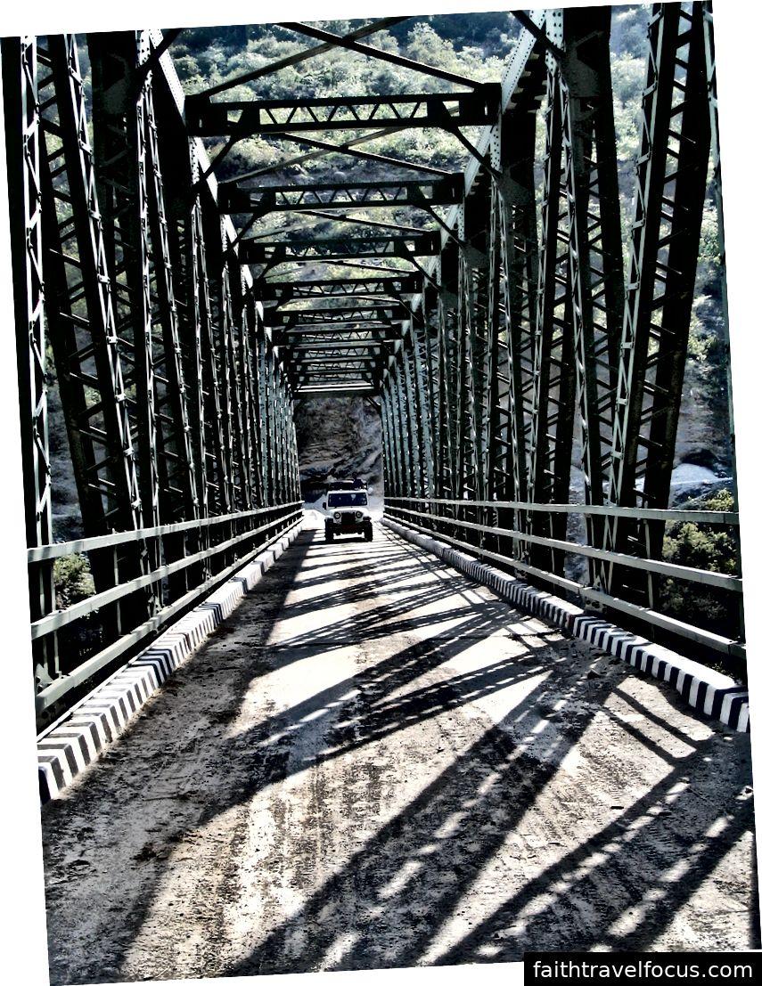 Cầu bắc qua tấn