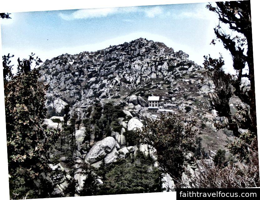 Đỉnh Churdhar và ngôi đền Shirgul bên dưới nó