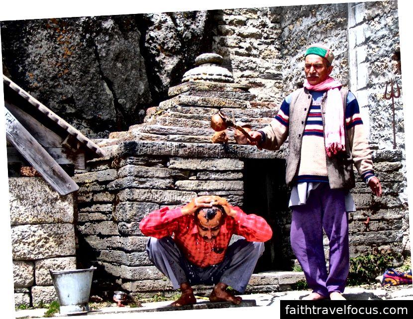 Các linh mục đền tắm Babu Ram đầu