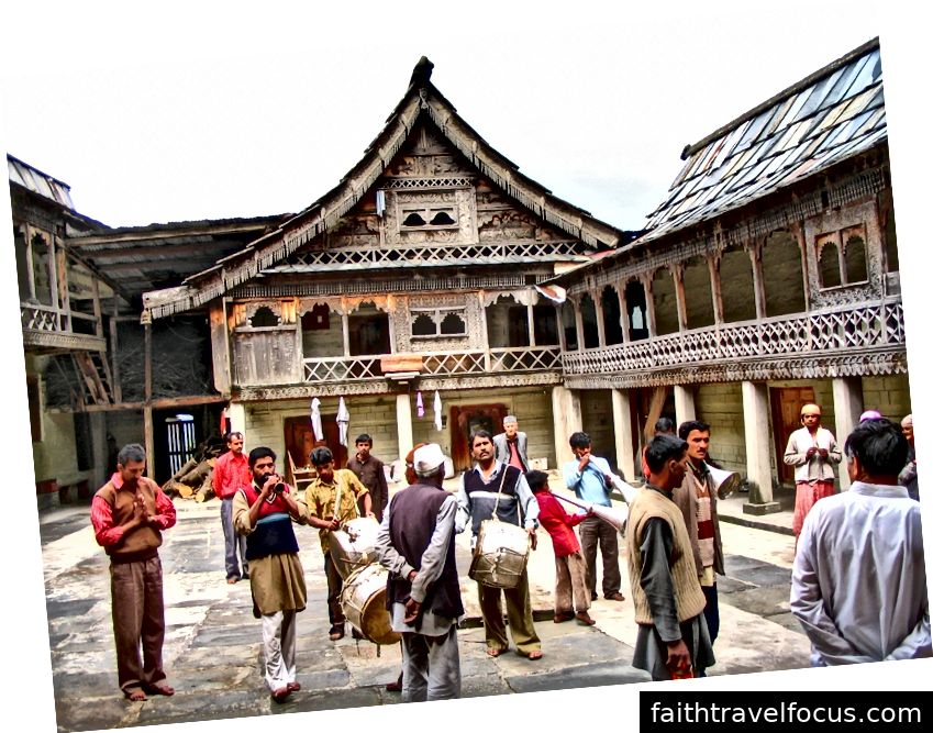 Một buổi lễ tại đền thờ bijat