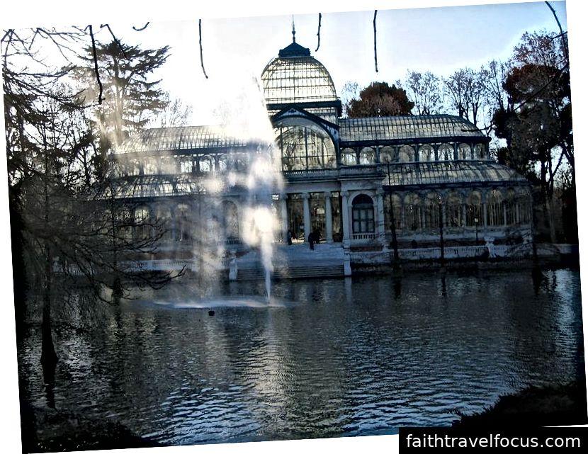Cung điện Cristal trong Công viên Retiro ở Madrid (ảnh của Carlos Reusser Monsalvez, nguồn: Wikipedia - PD, được sử dụng theo các điều khoản)