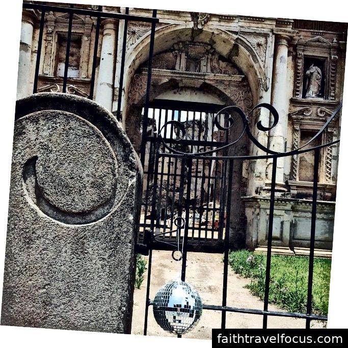 iglesia y convento de las capuchinas + quả bóng sàn nhảy