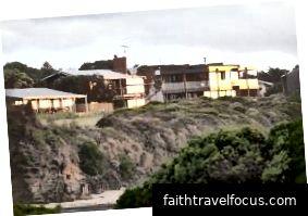 Great Ocean Walk chạy trước những ngôi nhà này tại Marengo.