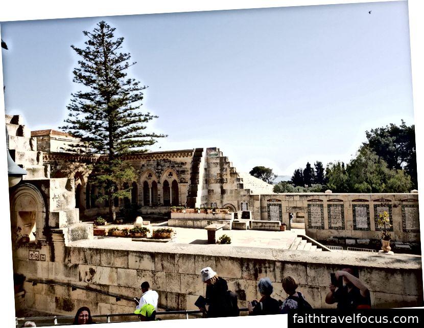 Một góc nhìn bên ngoài Nhà thờ Chúa giáng sinh, Nhà thờ Thăng thiên, nơi Chúa Giêsu dạy các môn đệ cầu nguyện
