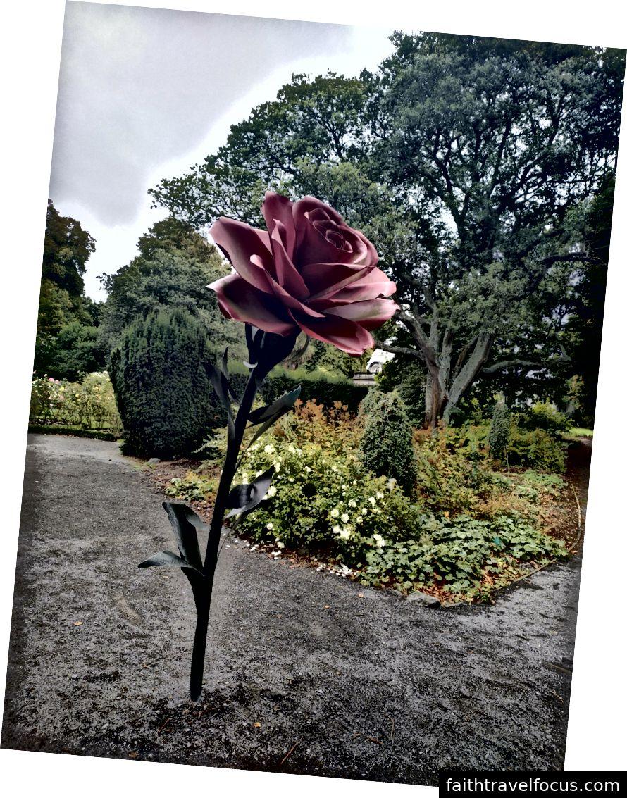 Một tác phẩm điêu khắc khổng lồ của một bông hồng